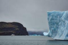 Vitt fartyg i avstånd i Patagonia fotografering för bildbyråer