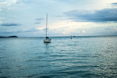 Vitt fartyg i havet med blå himmel Arkivfoto