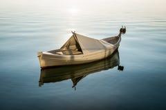 Vitt fartyg i vattnet Arkivfoto