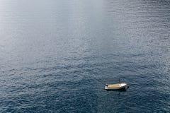Vitt fartyg med årahytten Royaltyfria Bilder