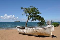 Vitt fartyg på stranden Fotografering för Bildbyråer