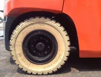 Vitt fast däck för gaffeltruck Royaltyfri Fotografi