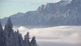 Vitt flytta sig för moln som är snabbt nära det snöade berget, ursnygg vinterlandskaptimelapse arkivfilmer