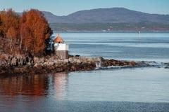 Vitt fyrtorn med den röda överkanten, Norge royaltyfria bilder