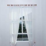 Vitt gardinfönster Arkivbild