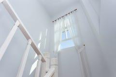 Vitt gardinfönster i huset Royaltyfri Fotografi