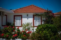 Vitt grekiskt hus med trädgården Royaltyfria Foton