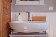 Vitt grått badrum med vasken Arkivbild