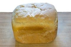Vitt hemlagat bröd på trät som isoleras på vit arkivfoton