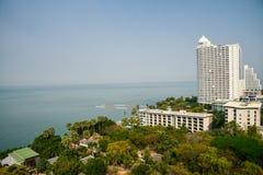 Vitt hotell vid havet Arkivfoto