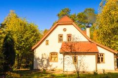 Vitt hus i hösten royaltyfri bild