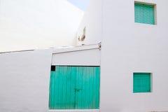 Vitt hus med den gröna dörren i Formentera arkivbilder