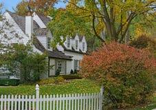 Vitt hus med gavlar och vindskupefönster arkivfoton