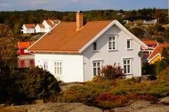 Vitt hus nära fjorden Kragero, Portor Arkivfoton