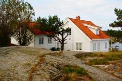 Vitt hus nära fjorden Kragero, Portor Royaltyfria Foton