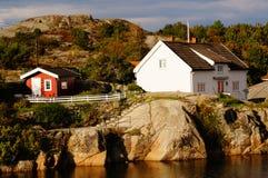 Vitt hus nära fjorden Kragero, Portor Fotografering för Bildbyråer