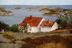 Vitt hus nära fjorden Kragero, Portor Royaltyfria Bilder