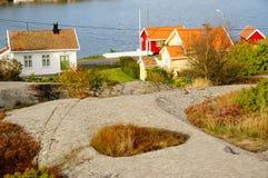 Vitt hus nära fjorden Kragero, Portor, Norge Arkivfoton
