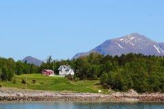 Vitt hus och röd kabin av Meloey Arkivfoton