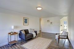 Vitt ingångsrum med den bekväma tufted soffan royaltyfria foton