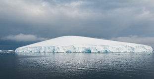 Vitt isberg i Antarktis Fotografering för Bildbyråer