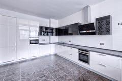 Vitt kök för modern design i en rymlig lägenhet fotografering för bildbyråer
