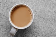 Vitt kaffe eller te med bubblor i vitt keramiskt rånar isolerad nolla Arkivbilder