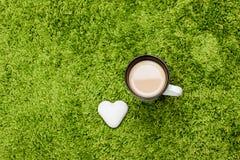 Vitt kaffe med kakan Royaltyfria Foton