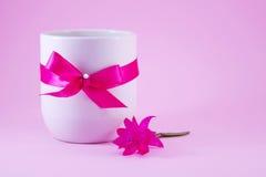 Vitt kaffe rånar dekorerat med ett rosa band Royaltyfria Foton