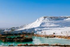 Vitt kalciumkalkstenlandskap och termisk pöl i Pamukkale, Arkivbilder