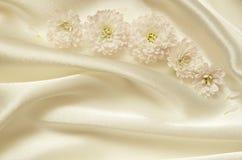 Vitt kaotiskt draperat tyg med blommor arkivbilder