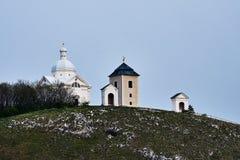 Vitt kapell för St sebastian på den heliga kullen Mikulov Tjeckiska Republ royaltyfri bild