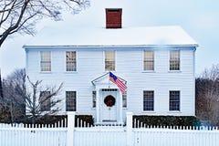 Vitt kolonialt historiskt hus i vinter royaltyfria foton