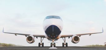 Vitt kommersiellt flygplananseende på flygplatslandningsbanan på solnedgången Den främre sikten av passagerareflygplanet tar av vektor illustrationer