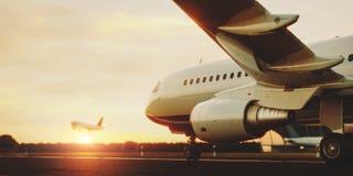 Vitt kommersiellt flygplananseende p? flygplatslandningsbanan p? solnedg?ngen Passagerareflygplanet tar av stock illustrationer