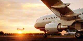 Vitt kommersiellt flygplananseende p? flygplatslandningsbanan p? solnedg?ngen Passagerareflygplanet tar av vektor illustrationer