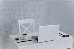 Vitt kontorsskrivbord Fotografering för Bildbyråer