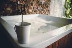 Vitt koppkaffe och badkar Royaltyfri Foto