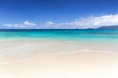 Vitt korallstrandsand och azureindierhav. arkivbild