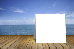 Vitt kort på den tomma wood tabellen och härligt fredhav i bakgrund produktskärmmall 3d business dimensional presentation render  Royaltyfri Fotografi
