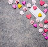 Vitt kuvert med pappers- hjärtor och rosor på garneringar för en granitbakgrund för valentin slut för bästa sikt för dag upp Fotografering för Bildbyråer