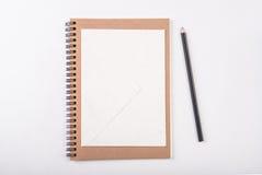 Vitt kuvertpapper med den wood blyertspennan Royaltyfria Foton