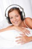 vitt kvinnabarn för hörlurar royaltyfri fotografi