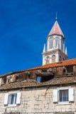 Vitt kyrkligt torn Trogir, Dalmatia, Kroatien Arkivbild