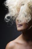 Vitt långt lockigt löst hår fashion ståendekvinnan fotografering för bildbyråer