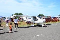 Vitt litet flygplan på Airshow arkivfoton