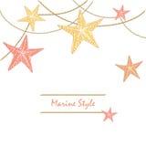 Vitt lyckligt dekorativt havskort med sjöstjärnor Kan användas som ett hälsningkort eller en bröllopinbjudan Royaltyfri Bild