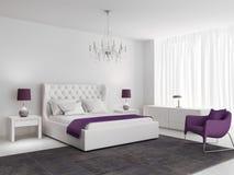 Vitt lyxigt sovrum med den purpurfärgade fåtöljen Royaltyfria Foton