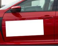 Vitt magnetiskt tecken för mellanrum på röd bildörr royaltyfria foton