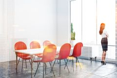 Vitt matsalhörn med röda stolar, kvinna royaltyfri fotografi
